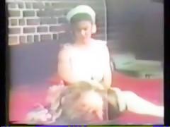 una chica paga dinero a su amiga por tener sexo anal con su perro
