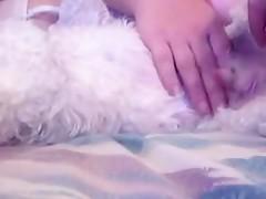 Sentada sobre su mascota